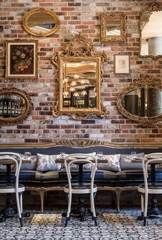 Usually the living room interior of the exposed brick wall is rustic, elegant, and casual. Exposed brick wall will affect the overall look of your house more appreciably. Bistro Design, Coffee Shop Design, Deco Pizzeria, Deco Restaurant, Italian Restaurant Decor, Modern Restaurant, Restaurant Ideas, Restaurant Vintage, Modern Cafe