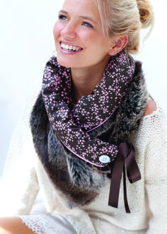 Scarf - collar Youpla: Ombeline / Valentine& day- Scarf – collar Youpla: Ombeline / Valentine's day Schal Kragen Youpla: Ombeline 2015 / Valentine Diy Clothing, Sewing Clothes, Sewing Scarves, Diy Fashion, Womens Fashion, Fleece Scarf, Creation Couture, Valentine's Day Outfit, Sewing Accessories