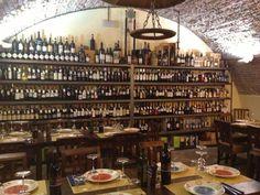 """Proprio fuori dalle mura che delimitano il centro di Grosseto, vi indichiamo la Locanda dei Medici. Piazza del Popolo 5 Tel 0564410744. Il ristorante è stato """"ricavato"""" da un locale che è sotto il livello delle mura, soffitti in mattone a volta, tavoli in legno e una bella parete con mensole """"piene"""" di vino dove la scelta viene effettuata direttamete dal cliente.Possibilità di scelta tra menù di carne o pesce."""