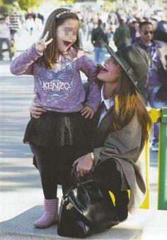 La guapísima Paula Echevarría con su hija en París, ¡luciendo una falda de Bóboli de la colección A/W14! http://es.shopboboli.com/es/pantalonesfaldas/6436-falda-tul.html #boboli