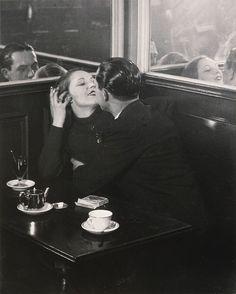 Couple d'amoureux    dans un petit café     1932      Brassaï