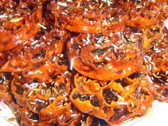 Cartddate: simili a friselle affusolate sono condite con miele, zucchero o vino cotto (concentrato di mosto ottenuto mediante cottura).     Cardiddate significa attorcigliate, sono infatti delle strisce di pasta ottenute dall'impasto di farina, olio e vino bianco, larghe un paio di centimetri,  curvate e arrotondate per la lunghezza di 15-20 cm. Approfondisci su: http://www.ceglieincucina.com/ita/monografie/monografia.asp?iData=44