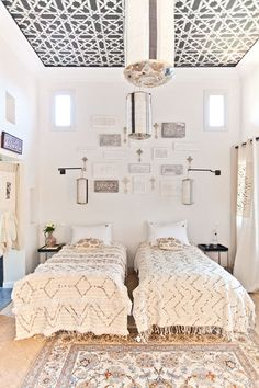 twin beds with moroccan wedding blankets