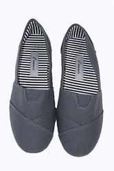 If you have forever been afraid of wearing a pair of canvas shoes just because they are too plain looking, boy are you about to be proven wrong! Adidas Sneakers, Girly, Footwear, Slip On, Pairs, Flats, Canvas, How To Wear, Accessories