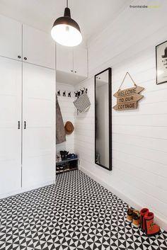 Dom jednorodzinny w Redzie : Skandynawski korytarz, przedpokój i schody od PracowniaPolka