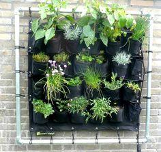 Droom je al tijden van een kruidentuin of bloemenzee, maar is er op je kleine balkon gewoon geen ruimte voor? De Eetbare Wand is een verticale tuin die de oplossing biedt!  via welke.nl