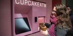 L'inauguration du distributeur de cupcake à New-York le 25 mars. (ANDREW BURTON / GETTY IMAGES NORTH AMERICA/AFP)