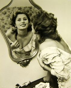 Sophia Loren, so beautiful! Golden Age Of Hollywood, Classic Hollywood, Old Hollywood, Hollywood Stars, Rita Hayworth, Classic Actresses, Actors & Actresses, Hollywood Actresses, Marylin Monroe