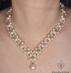 Collar diseño flores con perlas y biconos. Dije perla