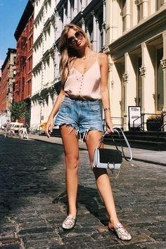 Looks fresquinhos para testar no verão. Blusa de alça de cetim, short jeans desfiado, flat mule estampado