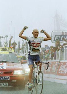 #MarcoPantani celebrates his victory in stage 14 of the 1995 Tour de France.  #PersonalTrainerBologna #bicicletta #ciclismo #sport #endurance #bdc