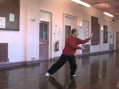 Sun Style Tai Chi for beginners- 8 moves. Precise and clean, excellent chance to see the transitions from one move to the next. The family and I Love this for a Sunday morning work out. Well Any morning. Tai Chi Video, Tai Chi Exercise, Tai Chi For Beginners, Zen, Tai Chi Qigong, Wing Chun, Aikido, Kung Fu, Excercise