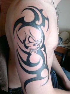 Tatouage tribal bras tête de mort