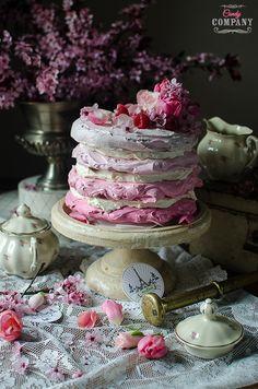 Jak tylko dostałam do ręki liofilizowane maliny wiedziałam, że jednym z deserówjakie z nimi upiekę będą bezy. Już kiedyś eksperymentowałam z malinowymi bezamii wiedziałam, że to się musi udać Tym razem odważyłam się na tort bezowy. Zokazji robienia zdjęć kupiłamsobie kwiaty, wygrzebałamdo stylizacji resztki starego serwisu babcii użyłam nowo zakupionej na targu staroci skrzynki. Wyszło […]