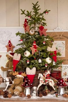 Thinking about Cozy Christmas Decorations? Try these adorable farmhouse Christmas Decor Ideas. Lantern Christmas Decor, Christmas Table Centerpieces, Christmas Swags, Woodland Christmas, Christmas Tablescapes, Farmhouse Christmas Decor, Christmas Mood, Noel Christmas, Country Christmas