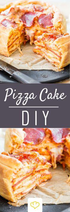 Eine Pizza ist gut, zwei Pizzen sind besser, ein ganzer Pizza Cake ist einfach grandios! Dabei werden mehrere Pizzen in einer hohen Springform übereinandergestapelt und goldbraun gebacken. Und das Beste: Trotz des imposanten Auftritts ist das Rezept hinter dem Pizza Cake eigentlich ganz easy.