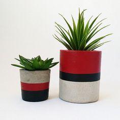 Kit Kirra no Cement Flower Pots, Ceramic Flower Pots, Painted Plant Pots, Painted Flower Pots, Cement Art, Concrete Crafts, Flower Pot Design, Pottery Painting Designs, Beton Diy