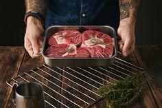 Полезен ли жир? Что такое мясо с кровью? Безопасно ли есть сырое мясо? Ответами на эти важнейшие базовые вопросы «Афиша Daily» открывает серию колонок мясника «Юности» Пети Павловича.