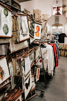 Vintage Shopping in Wien - Second Hands,Vinyls und Kaffee & Kuchen Second Hand Shop, Second Hand Clothes, Vintage Market, Vintage Shops, Second Hand Fashion, Travel Icon, Diy Wall Art, Two Hands, Restaurant Bar