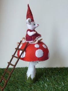 Op een grote paddenstoel Dit is Juultje die samen met Koen graag kaboutertje spelen. Ze heeft een ladder meegenomen om op de paddenstoel te komen. O wat kan ze hier veel zien. Ze heeft een wollig jurkje aan met aan de onderkant pompon band. Dit pakket komt uit de serie rood met witte stippen