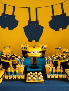 Aniversário infantil com tema Minions Caraminholando made a beautiful party with the Minions theme t Minions Birthday Theme, Minion Party Theme, Despicable Me Party, 3rd Birthday Parties, Birthday Cakes, 2nd Birthday, Happy Birthday, Minion Centerpieces, Minion Party Decorations