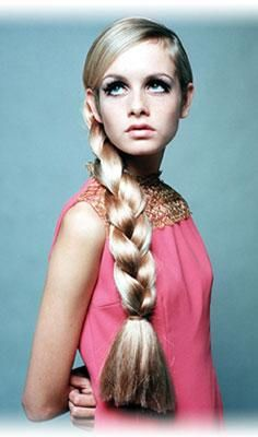 Twiggy, Photo from A Matter of Style: Intimate Portraits of 10 Women Changed Fashion by Valeria Manferto de Fabianis Summer Hairstyles, Braided Hairstyles, Pelo Vintage, Thick Braid, Make Hair Grow, Top Photographers, Estilo Retro, Hollywood, Hello Gorgeous