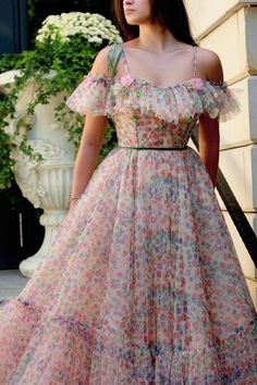 Details - Colorful dress - Tulle fabric - Embroidered corset and shoulders with flowers on top of the dress - A-line dress with waist definition - For special occasions Cute Dresses, Casual Dresses, Fashion Dresses, Prom Dresses, Formal Dresses, Ball Dresses, Wedding Dresses, Beaded Gown, Gowns With Sleeves