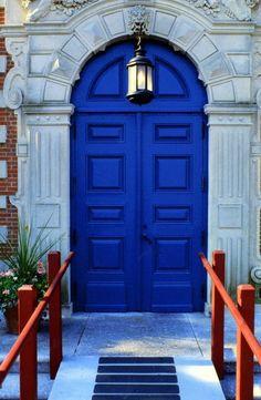 Front Door Paint Colors - Want a quick makeover? Paint your front door a different color. Here a pretty front door color ideas to improve your home's curb appeal and add more style! Cool Doors, Unique Doors, Kobalt, Blue Dream, Door Knockers, Door Knobs, New Blue, Closed Doors, Doorway