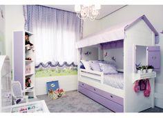 Em formato de casinha, a cama oferece elementos lúdicos que estimulam a brincadeira. Os móveis de estilo imperial, as cores que refletem delicadeza e os móveis com estampa floral reforçam o encanto do ambiente.    Projeto e execução, Caterian Heil; pintura e adesivo, Ateliê Primeiro Quarto; cortina e colcha, Toque Final; confecção, cama e estante giratória, Casapronta; tecidos, Vanessa Guimarães e Larmod.