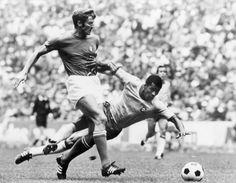 L' attaccante brasiliano Jairzinho e Giacinto Facchetti durante la finale di Coppa del Mondo tra Brasile e Italia nel 1970. Il Brasile batte' l'Italia per 4 reti a 1. #mondiale #azzurri #worldcup #azzurri #italia #worldcup