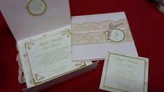 Elegante invitación con delicado encaje, tonos dorados e inicial en el frente