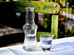 Dlaczego kieliszek wódki? Gdyż alkohol przygotowany samodzielnie w umiarkowanych ilościach może działać pozytywnie. Nie ma nic gorszego nić kupny alkohol.