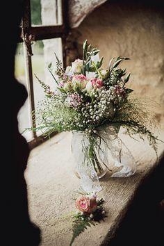 Un bouquet de mariée avec plusieurs variétés (roses, lisiantus, oeillet,panicum et du gypsophile)