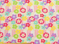 パジャマ、ゆかた、じんべいに!矢羽根と花柄の和調コットンリップルプリント(オフホワイト)   110cm巾 綿100%   - そーいんぐ・すていしょんコミニカ