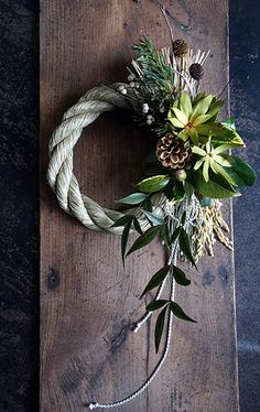 Frame Wall Decor, Frames On Wall, New Year's Crafts, Diy And Crafts, Green Wreath, New Years Decorations, Dried Flowers, Grapevine Wreath, Christmas Time