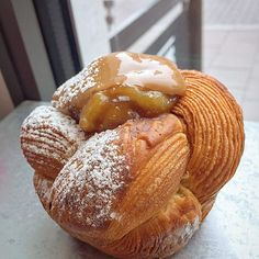 My caramelized banana 🍌 /#dulcedeleche 🐮 #brioche #feuilleté is to die for 😱😱😱 #viennoiserie #itsallaboutthelayers #feuilletage #pastryelite