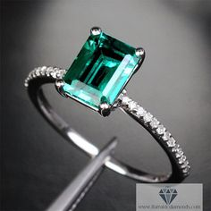 Smaragd verlobungsring ebnen weiß Gold von IturraldeDiamonds - mit einem hellblauen Saphir wäre das ein Traum *_*