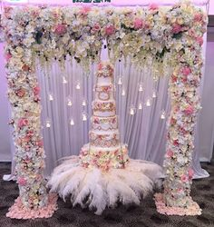 Gorgeous wedding cake and matching arch Cake Table Decorations, Wedding Decorations, Beautiful Wedding Cakes, Beautiful Cakes, Luxury Wedding Cake, Dream Wedding, Suspended Wedding Cake, Chandelier Cake, Deco Floral