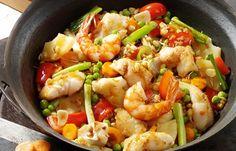 Süß-saure Gemüsepfanne mit Fisch und Garnelen
