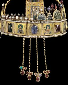 A side view of the Royal crown of Hungary - a gift from the Byzantine Emperor to King Geza, made in the Imperial workshops of Constantinople. Byzantine Gold, Images Of Christ, Hagia Sophia, Archangel Michael, Old Jewelry, Dark Ages, Sacred Art, Crown Jewels, Religious Art