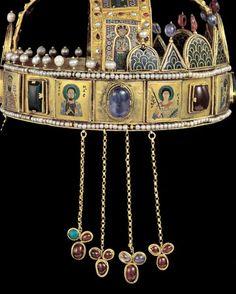 A korona jobboldala a csüngőkkel