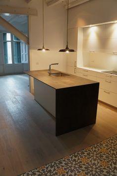 Mesa extraible bajo la encimera muy c moda para cocinas for Cocinas italianas equipadas