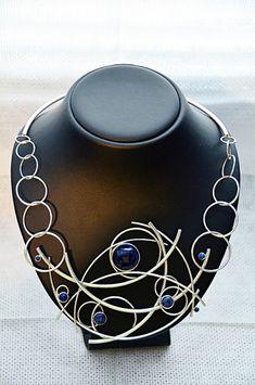 Zilveren collier met gebogen en ronde vormen gezet met blauwe sodaliet en lapis lazullie gemaakt door edelsmid Marja Schilt.  www.marjaschilt.nl