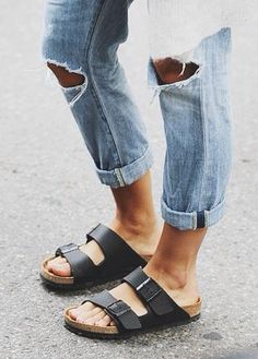 Birkenstock Arizona Sandals with ripped jeans Cute Shoes, Me Too Shoes, Mode Style, Style Me, Jean Destroy, Tokyo Street Fashion, Look Fashion, Womens Fashion, Birkenstock Arizona