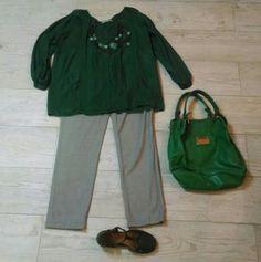 Calca cinza clara, bata verde, colar azul esverdeado, sapato e bolsa verdes.