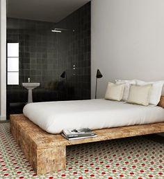 Apartamento blanco de madera y baldosa hidráulica en Barcelona de Katty Schiebeck