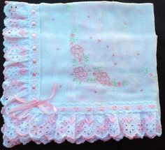 Manta o bb Baby Sewing Projects, Sewing For Kids, Silk Ribbon Embroidery, Hand Embroidery, Baby Crafts, Diy And Crafts, Baby Sheets, Quilt Baby, Heirloom Sewing