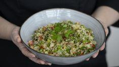 Arabimaissa suosittu tabouleh tai tabbule on herkullinen lisäke ruoalle tai salaattipöytään. Bulgurvehnä, runsas määrä persiljaa ja pieneksi pilkottua kurkkua ja tomaattia, maustettuna sitruunalla ja mustapippurilla on mainio tarjottava, joka valmistuu nopeasti. Couscous, Guacamole, Grains, Rice, Mexican, Ethnic Recipes, Food, Essen, Meals