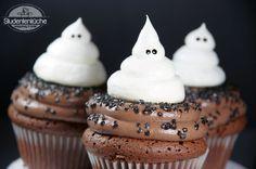 Halloween Cupcakes mit Baiser-Geistern Halloween Cupcakes, Halloween Ghosts, Happy Halloween, Halloween Stuff, Muffins Frosting, Ghost Cupcakes, Fruit Salad, Tart, Waffles