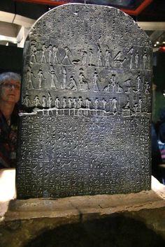 la pierre de rosette est un fragment de st le grav e de l 39 gypte antique de 112 3 x 75 7 cm. Black Bedroom Furniture Sets. Home Design Ideas